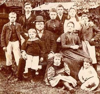 John Doyle (with hat) and family around 1890 (picture collection A. Browne)